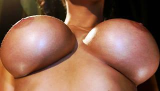 Nackte Mädchen mit großen Brüsten.