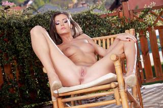 Excêntrica menina bonita surpreso com sua boa aparência e apelo sexual.